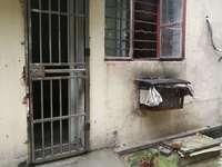 新岗二村一楼院内自建房有空调热水器400元可可仓储住家