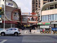 万达金街南门入口处旺铺出售,开间7米,超大门脸,保本出售,现在的金街热闹非凡