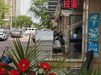 安粮金溪路商铺。正对着伟星星悦城商场大门。十字路口位置
